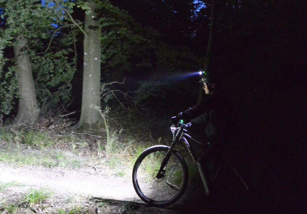 LED lys på cyklen til nattekørsel. Booster X9 og Booster XH2